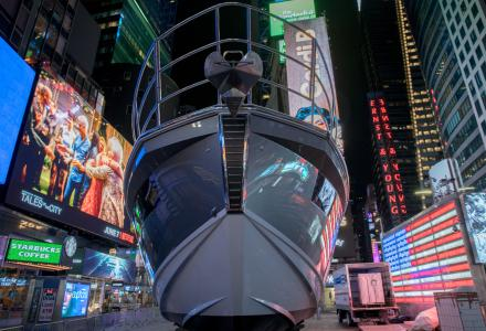 Azimut-Benetti installs a 18-metre yacht in Times Square